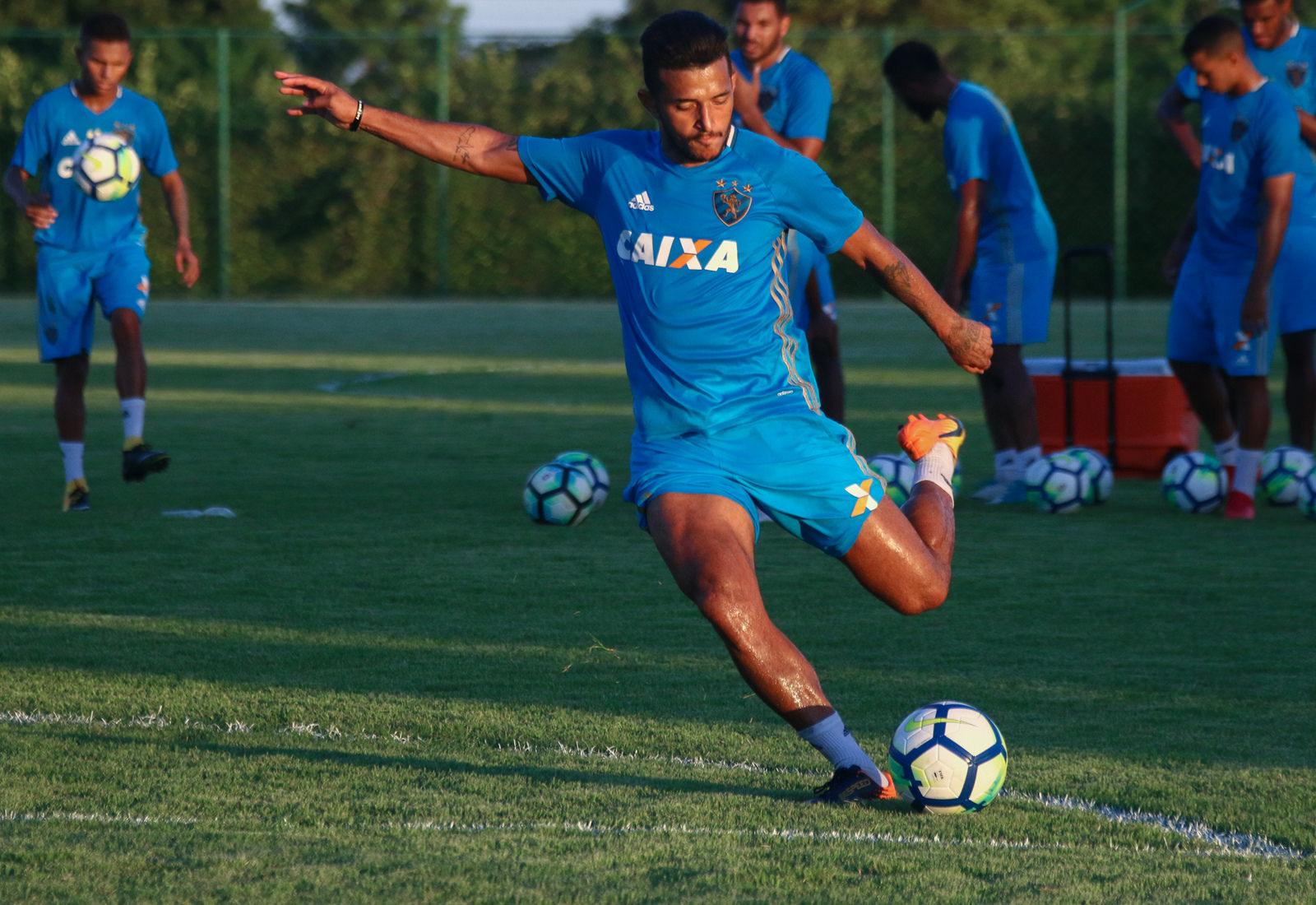 Rogério mira titularidade e pede apoio da torcida contra o Botafogo