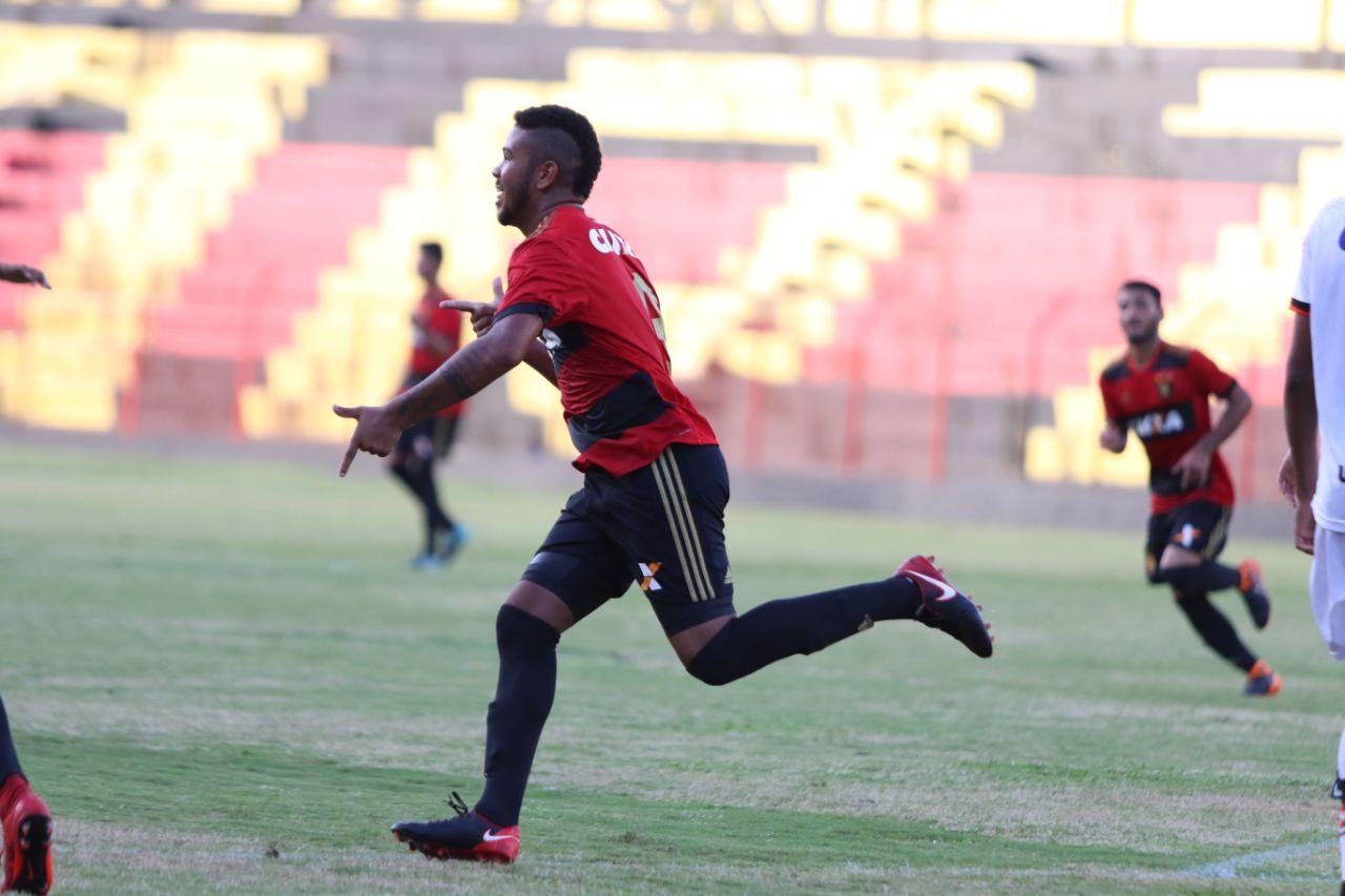 ... Atacante Juninho marcou dois dos três gols do Sport na vitória sobre o  Atlético-GO. (Foto  Anderson Freire Sport Club do Recife) 8711789001ad6