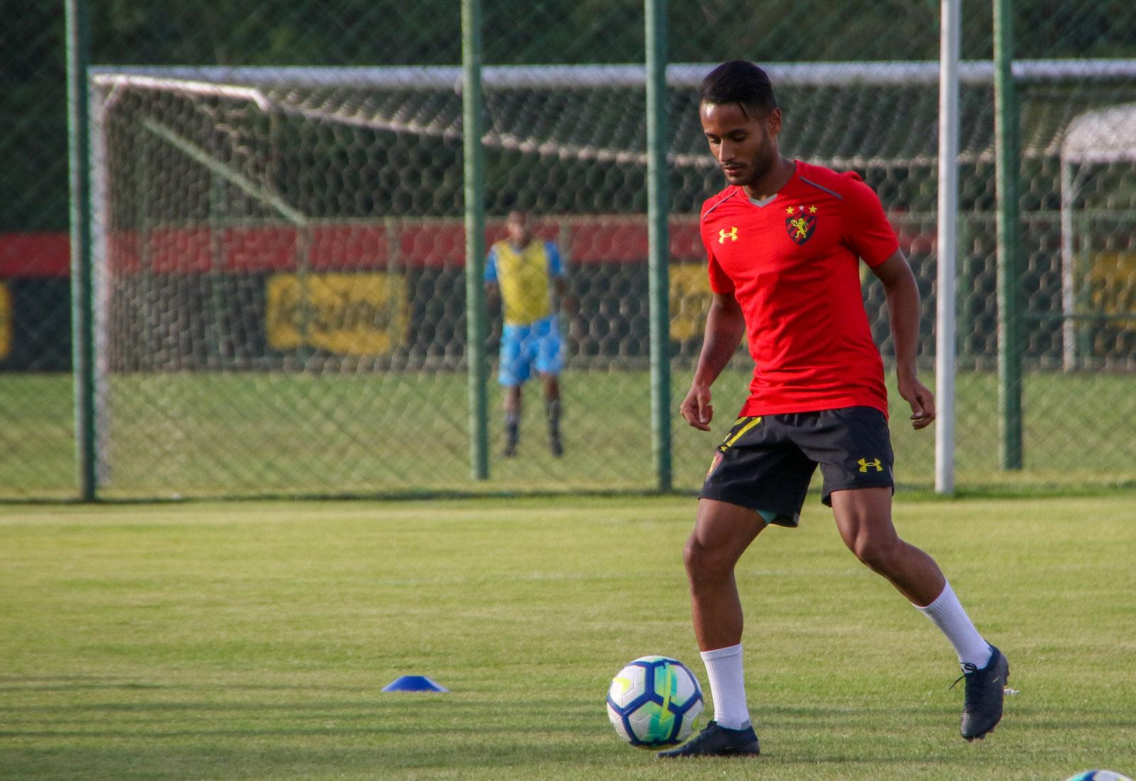 """De volta ao Brasil, Mateus quer """"dar a vida"""" em campo pelo Sport"""
