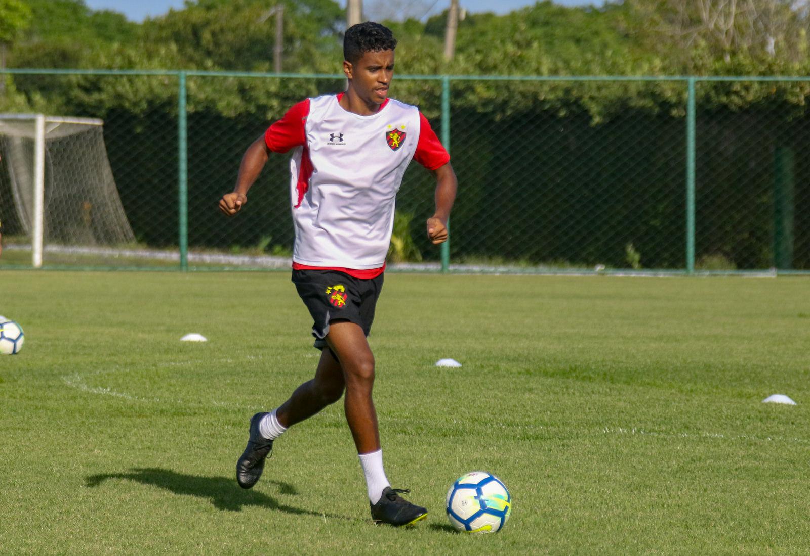"""Gabriel mira duelo contra o Flamengo: """"Temos que ir com tudo"""""""
