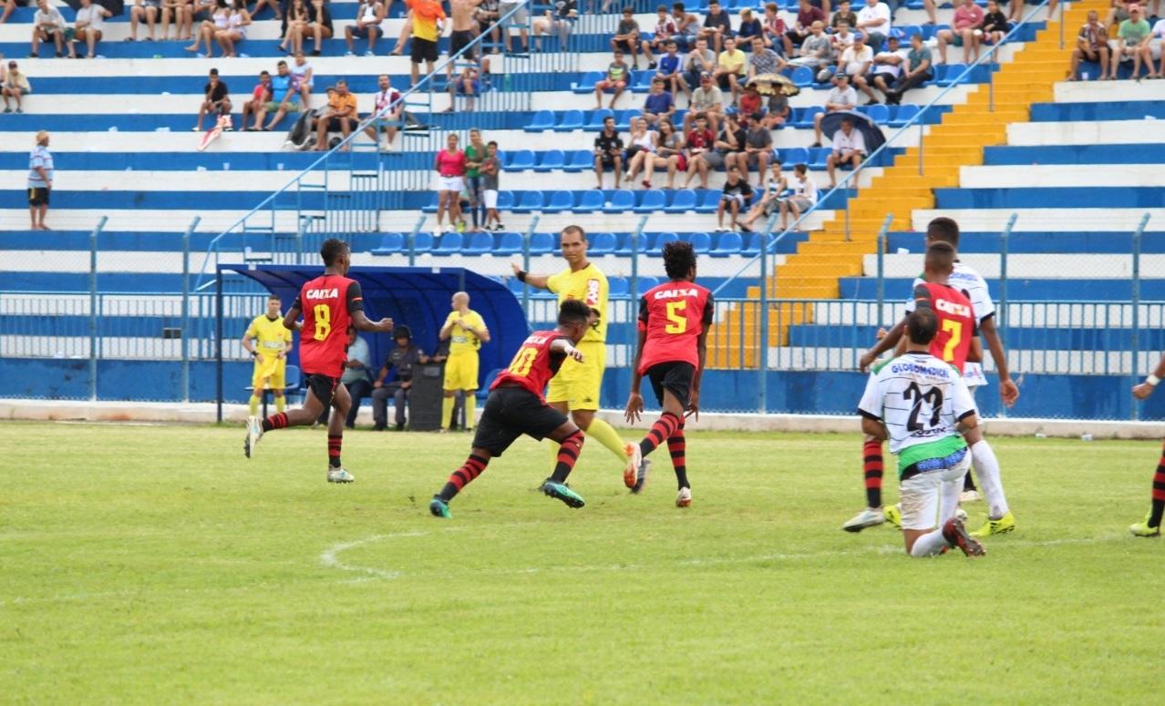 f6ad0ba8bd ... Leoninos comemoram gol de Alê Santos